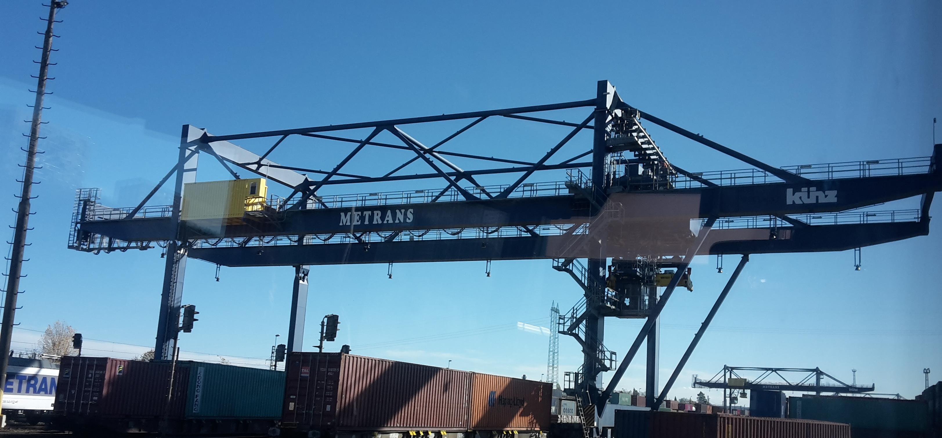 Studenti navštívili kontejnerový terminál firmy Metrans – partnera KLOG